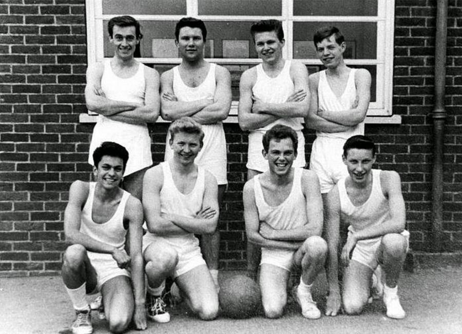 1960 körül. Mick Jagger a Dartford Grammar iskolában (hátsó sorban jobb oldalon)..jpg