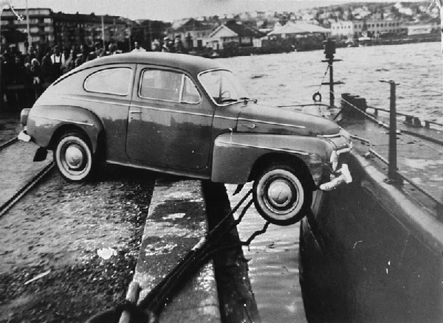 1961. Svédország. Az egyik legbizarrabb autóbaleset. Tengeralattjáróba ütközött gépkocsi..jpg