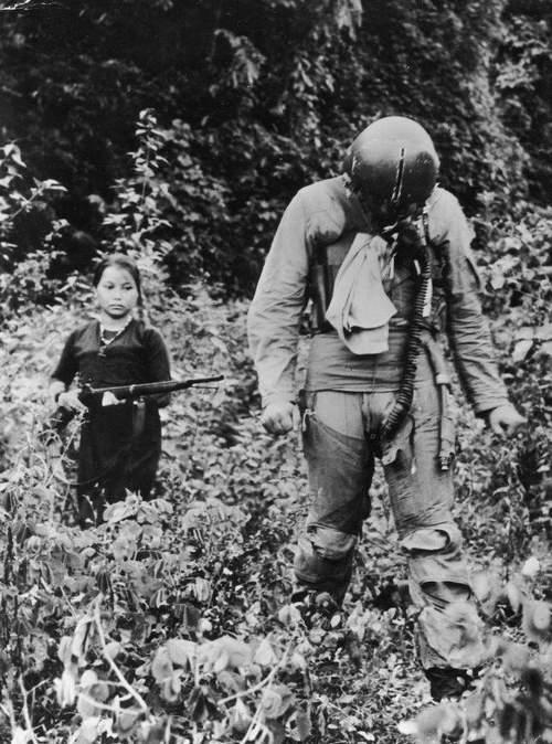 1967. Lelőtt amerikai pilótát kísér egy észak-vietnami lány..jpg