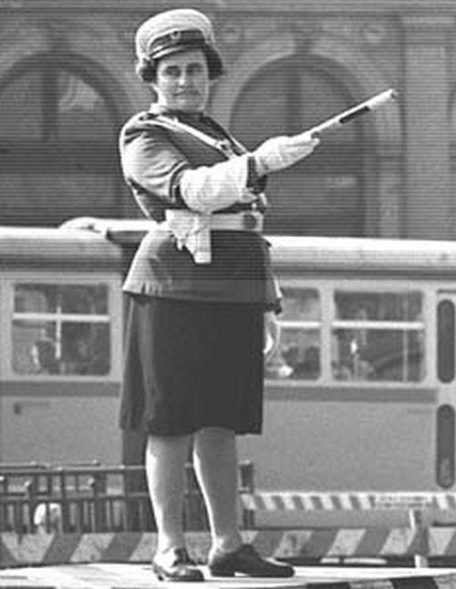 1970-es évek. Forgalomirányító rendőrnő Budapesten..jpg