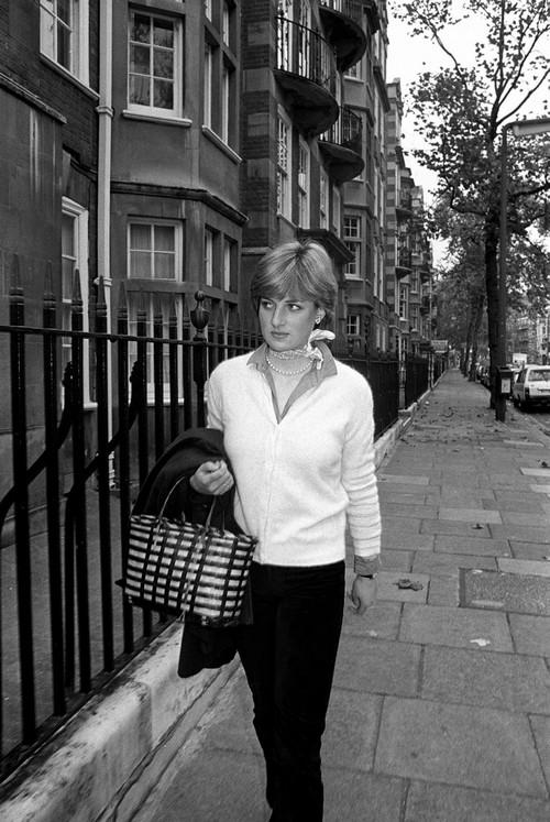 1980. november. Diana Spencer lakása előtt. Később ő lett Diana hercegnő..jpg