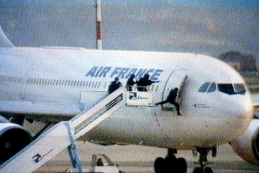 Az Air France Algériában eltérített 8969-es járatát a francia terrorista ellenes csoport, a GIGN tagjai rohanják le..jpg