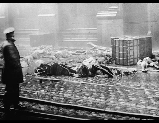 1911. 146-an haltak meg New York legnagyobb ipari katasztrófájában a Triangle Shirtwaist vállalat épülettüzében. A képen rendőr nézi az emelet....jpg