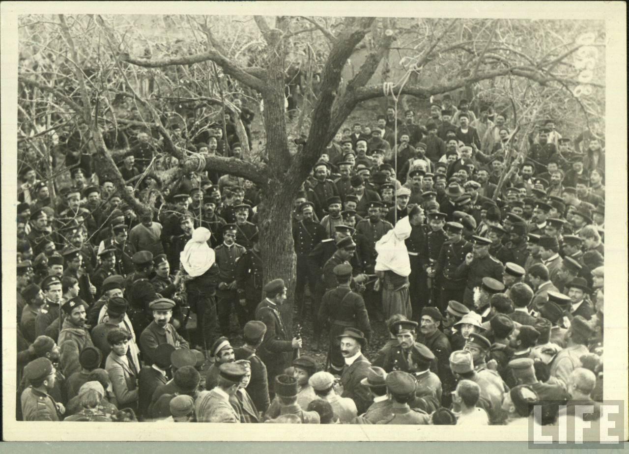 1913. Bolgárok, háborús bűnös törököket végeznek ki az első Balkán háborűban..jpg