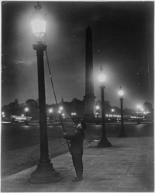 1933. Párizs, Place de la Concorde. Lámpagyújtogató..jpg