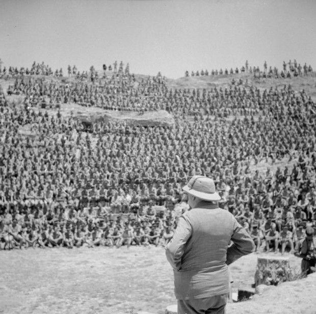 1943. Churchill beszédet mond katonái előtt Tunéziában egy római amfiteátrumban..jpg