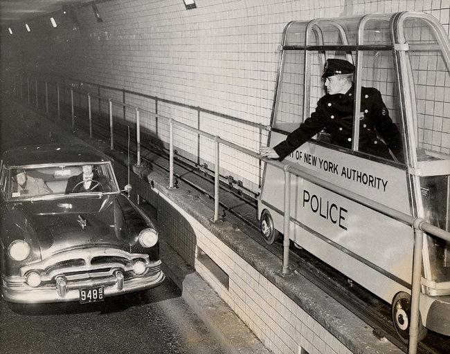 1954. Holland alagút, New York. A keskeny járdához méretezett rendőrségi sinautó..jpg