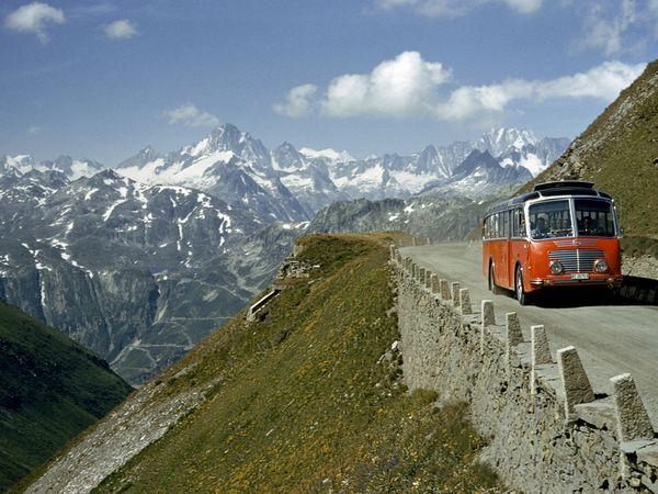 1956. Túristabusz a Furka hágón Svájcban..jpg