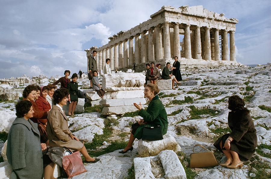 1963. Görög emigránsok utoljára az Akropolisznál, mielőtt útnak indulnak Ausztráliába..jpg