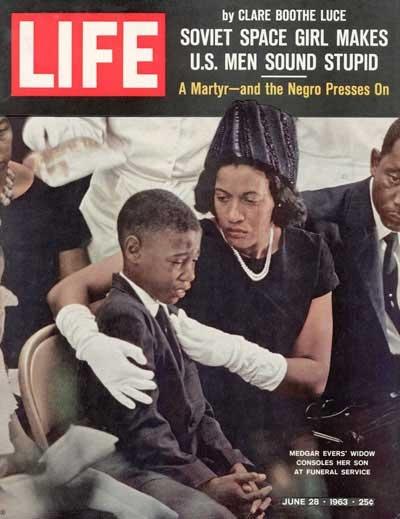 1963. Medgar Evers fia és özvegye a LIFE címlapján. Az emberjogi harcos merénylet áldozata lett, csakúgy, mint Martin Luther King..jpg