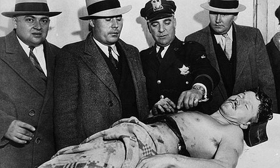 1934. Baby Face Nelson a halottasházban meggyilkolása után..jpg