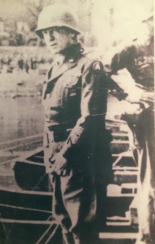 1945. március. Patton tábornok a Rajnába vizel..png