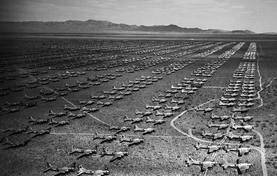 1946. március. Öt négyzetmérföldön több, mint 7000 bombázó, vadászrepülő és kiképzőgép vár megsemmisítésre a második világháború után Arizonában, USA..jpg