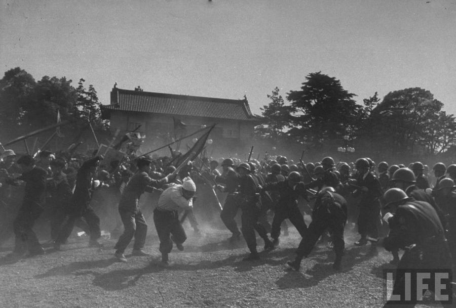 1952. május 1. Japán randőrök csapnak össze kommunista, amerikaellenes diákokkal a Császári Palota előtt..jpg