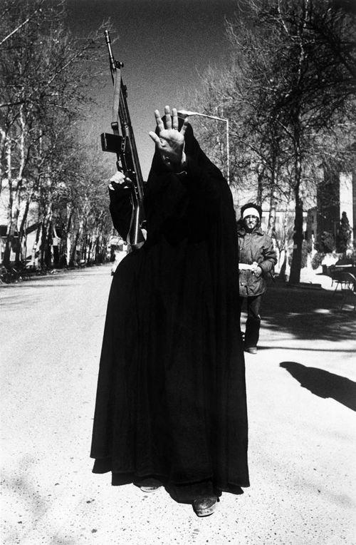 1979. Egy fegyveres nő a teheráni egyetemen az iszlám forradalom győzelmének másnapján..jpg