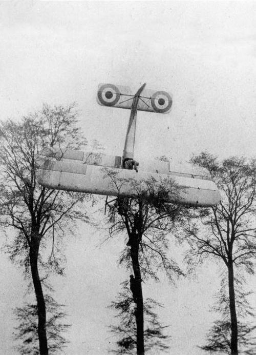 1915. Francia pilóta félresikerült landolása Brüsszel közelében, miután sikertelenül támadott egy német léghajót..jpg
