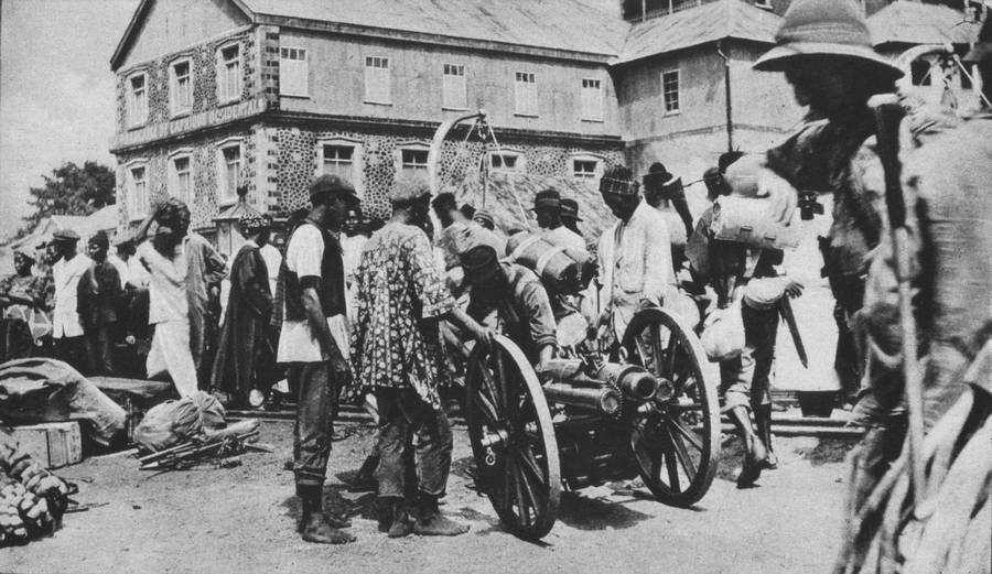 1916. Brit csapatok és benszülöttek készülnek megtámadni Német Kamerunt. Freetown, Sierra Leone, Afrika..jpg