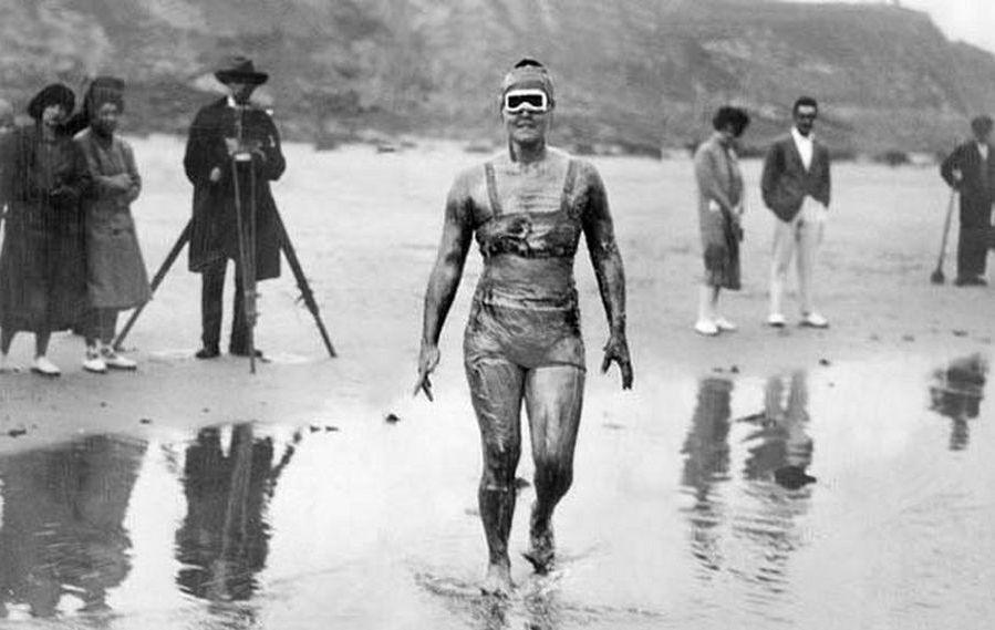 1926. Gertrude Ederle amerikai olimpiai bajnok úszónő, aki 20 évesen, első nőként úszta át a La Manche csatornát., 14 óra 34 perces idővel..jpg