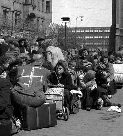 1945. Horogkereszttel megbélyegezve. Szudétanémetek kitelepítése Csehszlovákiában..jpg