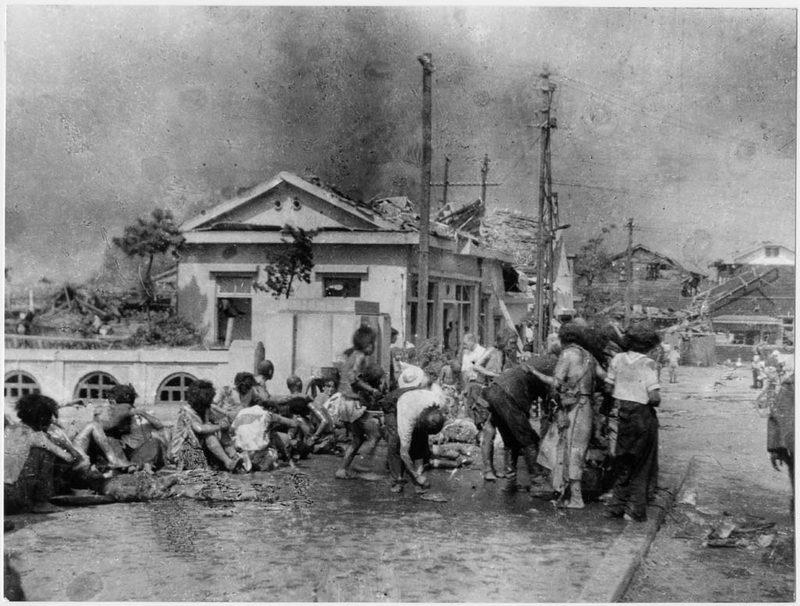 1945. augusztus 6. Hiroshimai sérült lakosok az atomtámadás után frissen égett bőrüket olajjal kenik be..jpg