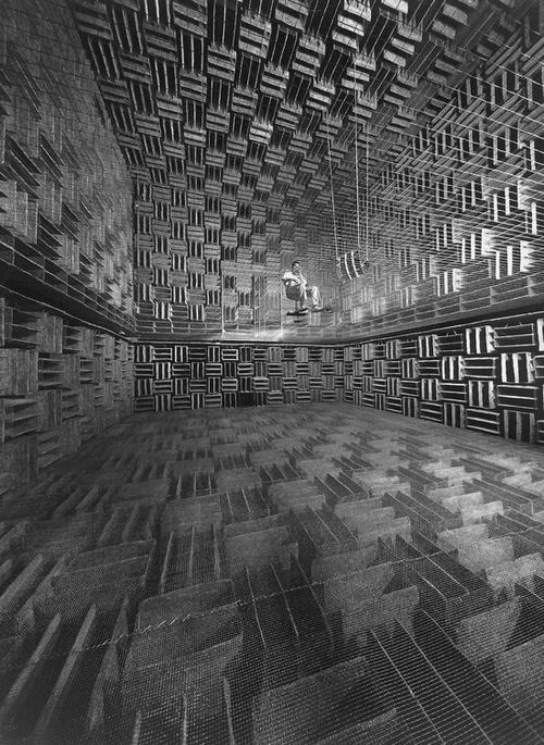 1947. A Bell Telephone akusztikus laboratórium kezdetleges süketszobája..jpg