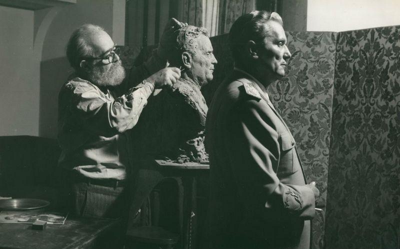 1949. Josip Broz Tito a szocialista Jugoszlávia vezetője modellt ál egy szoborhoz..jpg