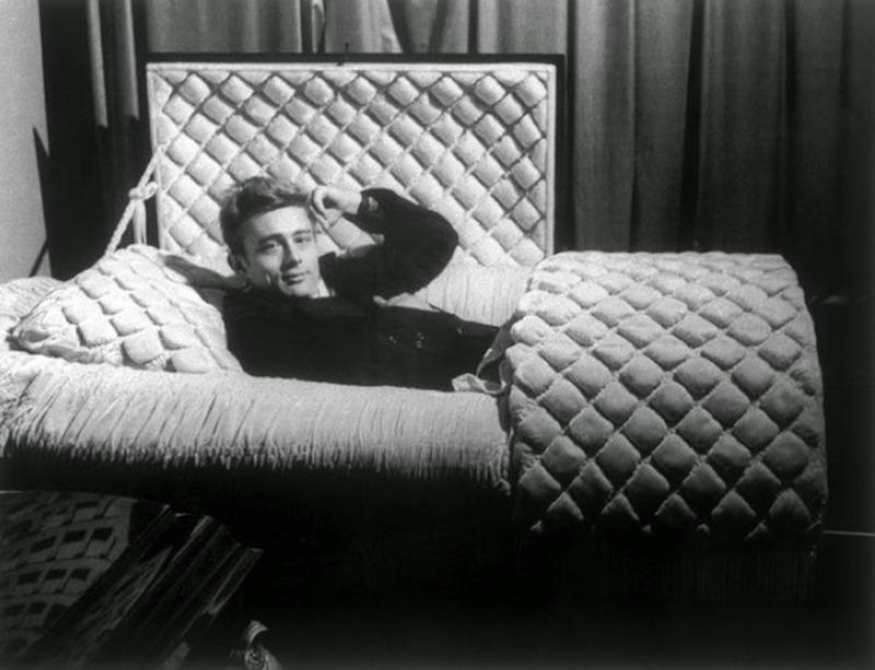 1955. január. James Dean szülővárosába látogatva jó ötletnek tartotta, hogy a helyi temetkezési vállakozó koporsóiban pózoljon. Mág az év szeptemberében autóbalesetben elhunyt. C'est la vie..jpg