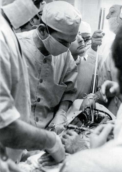 1966. A fiatal Christiaan Barnard egy kutyát operálva bizonyította be, hogy lehetséges a szívátültetés. Egy évvel később emberen is elvégezte az operációt..jpg