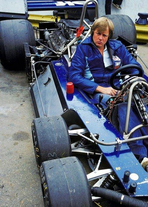 1977. Ronnie Peterson a Tyrrell P34-es hatkerekű Forma-1-es autóban..jpg