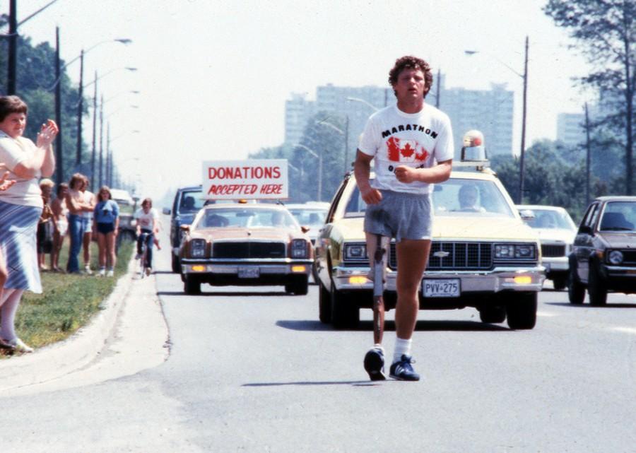 1980. A fiatal sportoló Terry Fox szeli át Kanadát műlábbal, miután csontrák miatt elvesztette lábát. Adománygyűjtő futásával a rák elleni kutatást támogatta. Sajnos nem tudta befejezni küldetését, 5300 kilométer megtétélete 23.jpg
