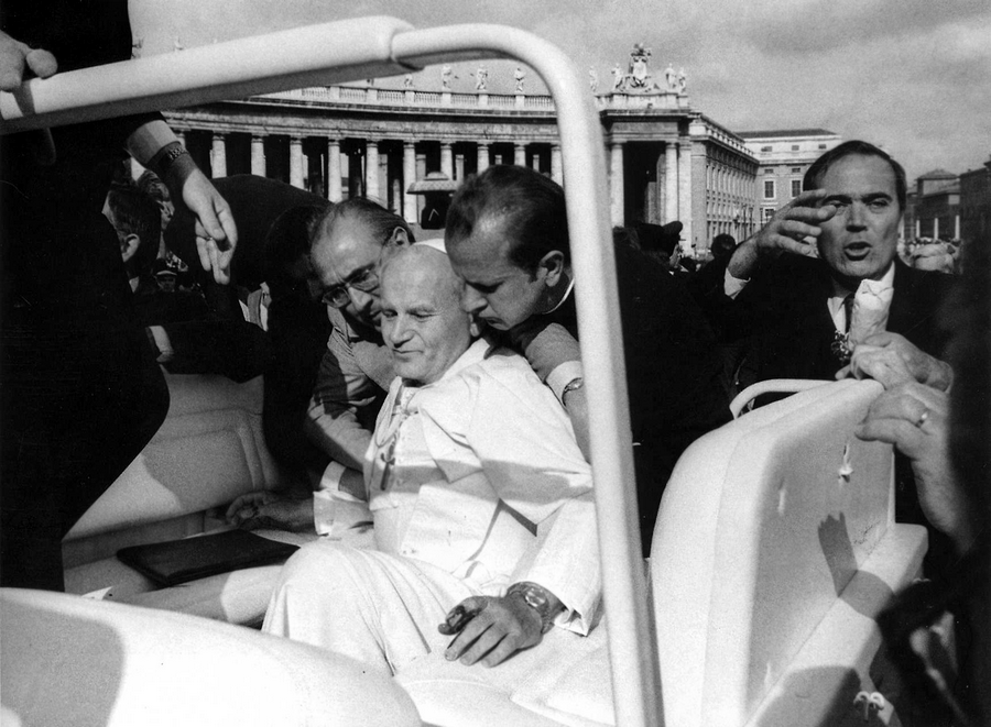 1981. május 13. II. János Pál pápa másodpercekkel az őt megsebesítő lövés után..png