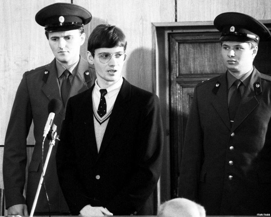 1987. A Vörös Téren sportrepülőjével landolt NSZK állampolgár Matthias Rust moszkvai tárgyalása..jpg