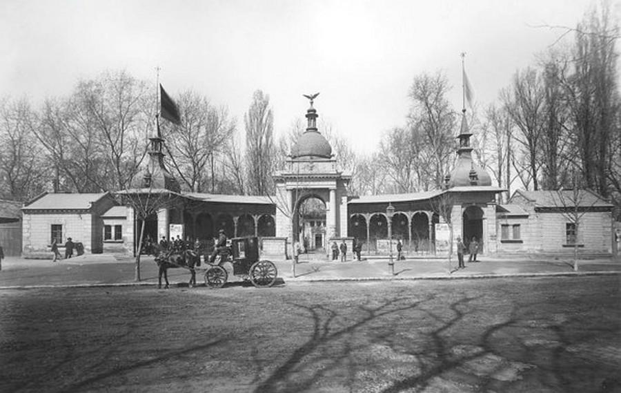 1896. A budapesti Állatkert régi főkapuja.jpg