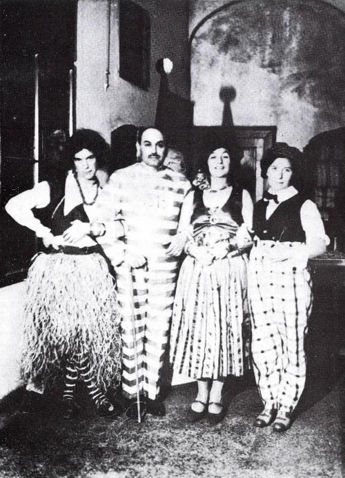 1929. Hódmezővásárhelyi álarcosbál. József Attila zulu nőnek öltözve(balról), Makai Ödön (sógora és gyámja), József Jolán és Etel (testvérei)..jpg