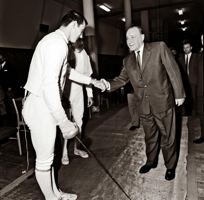 1972. Az akkor párbajtőröző, későbbi leszerepelt köztásrsasági elnök Schmitt Pál a tatai edzőtábort meglátogató Kádár Jánossal bal kézzel fog kezet..jpg