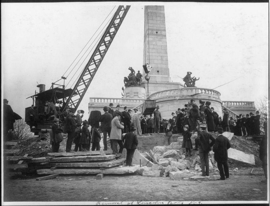 1901. Daru tartja Abraham Lincoln koporsóját exhumálása idején..jpg