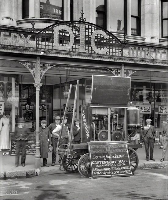 1910. Christchurch, Új-Zéland. Porszívóbemutató az egyik áruházban..jpg
