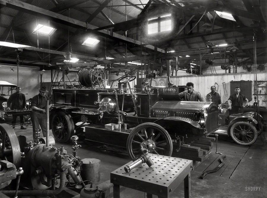 1921. Új-Zéland. A wanganui tűzoltóság Merryweather típusú gépkocsija javítás alatt. Egy 1926 januári riport az akkor kb. 14 éves kocsit már megbízhatatlanként és hasznavehetetlenként írta le.jpg