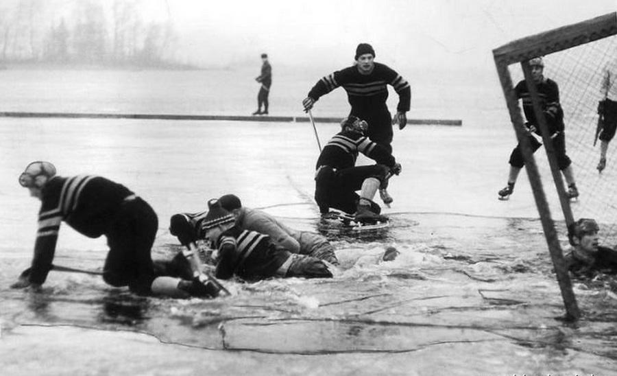 1959. Svédország. Félbeszakadt a sokadosztályú jégkorongmeccs..jpg