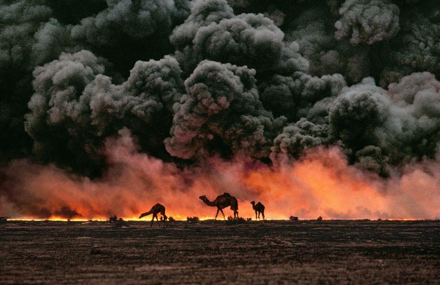 1991. Tevék, a háttérben a - visszavonuló iraki csapatok által felgyújtott - Al-Ahmadi olajmező Kuvaitban..jpg