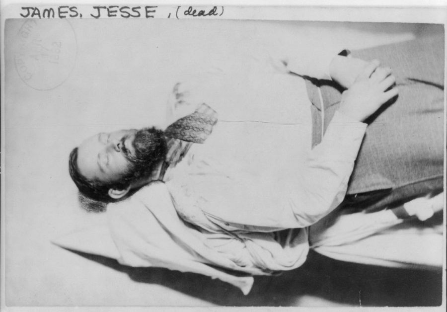 1882. Jesse James a hírhedt bandita a temetésére felkészítve. Egyik embere lőtte le a 10 ezer dolláros vérdíjért..jpg