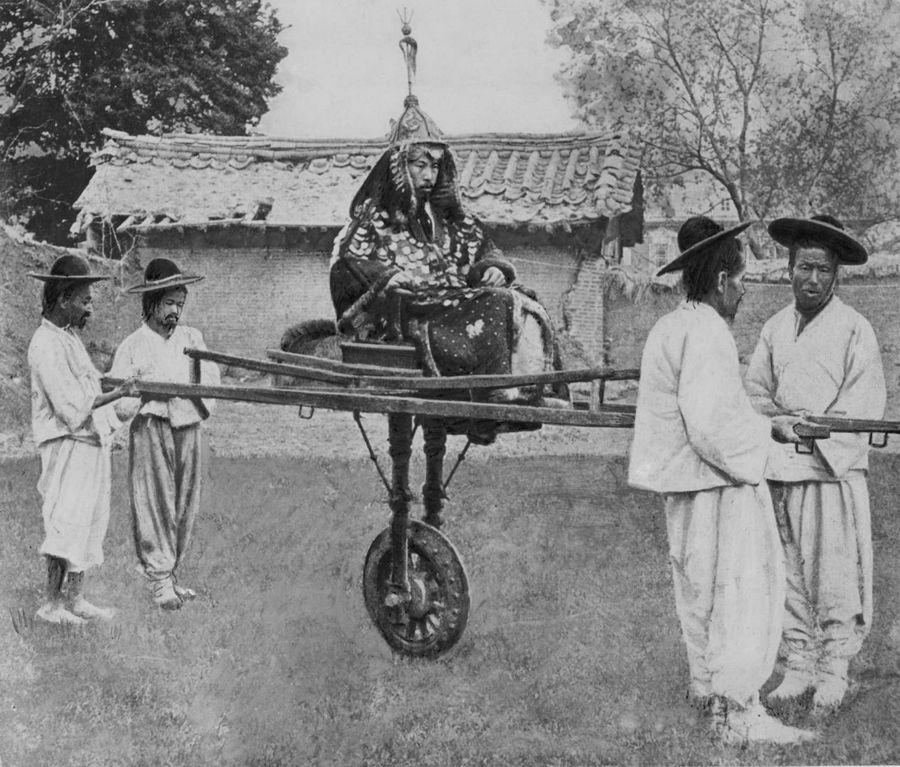 1900 körül. Koreai nemesember és hordozói..jpg