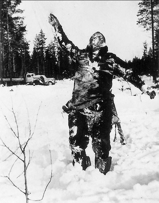 1939. A szovjet-finn háborúban, finn katonák egy megfagyott szovjet katona holttestét állították fel pszichológiai hadviselés gyanánt..jpg