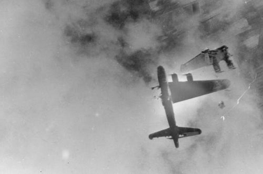 1945. B-17-es bombázó szárnyát veszti egy Messerschmitt Me-262 támadás során Németország felett..jpg