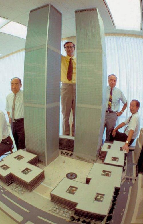 1964. Minoru Yamasaki építész (jobbra) az általa tervezett World Trade Center modellje mellett pózol..jpg