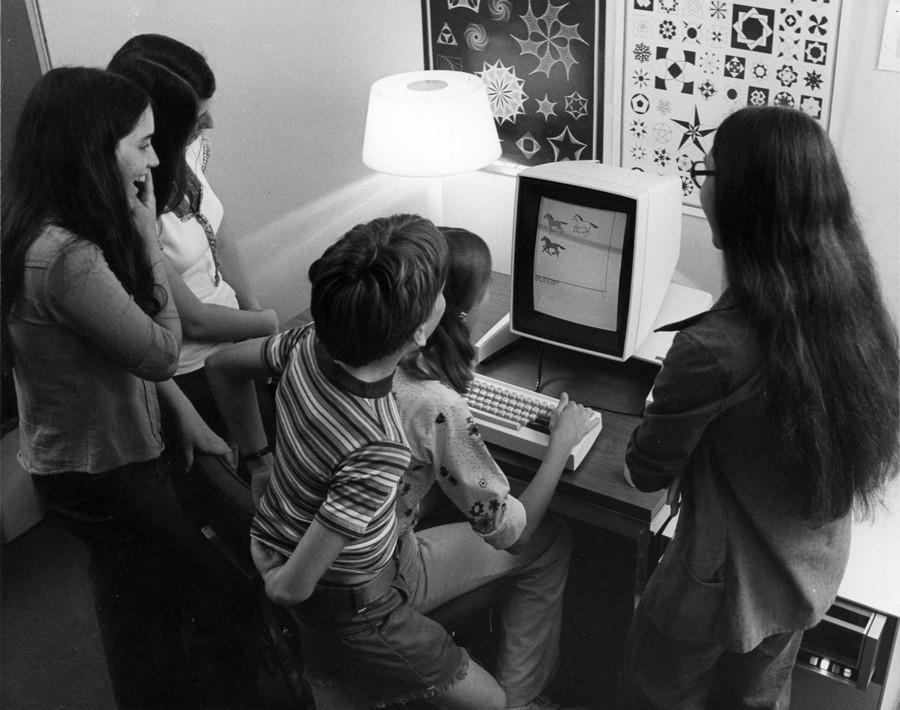1973. Gyerekek játszanak Xerox Alto-n egy játékprogrammal. A gép egy volt az első személy számítógépek között, grafikus felhasználói felülettel. Monitorja forgatható volt, a képen portré módban van..jpg