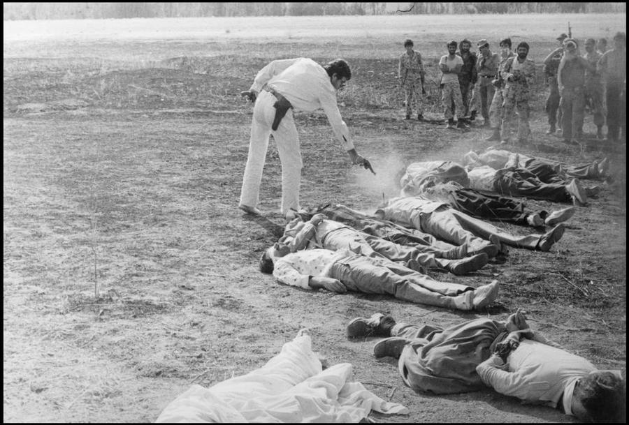 1979. 11 - iszlám forradalom ellenes - kurd militáns kivégzése Iránban..jpg