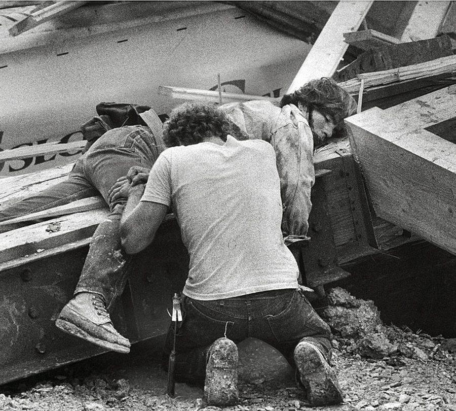 1979. Az illinios-i Rosemont Allstate Arena építése közben a tető leszakadt és megölt öt munkást. A képen az omlás utáni percekben egy munkás siratja halott társát..jpg