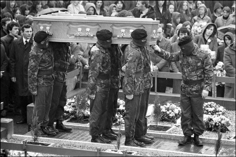 1981. Egy börtön-éhségsztrájkban meghalt Bobby Sands temetése Belfastban..jpg