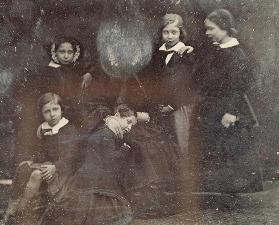 1852. Viktória királynő gyermekeivel. Saját arcát a királynő személyesen lekaparta, mert nem tetszett neki..jpg